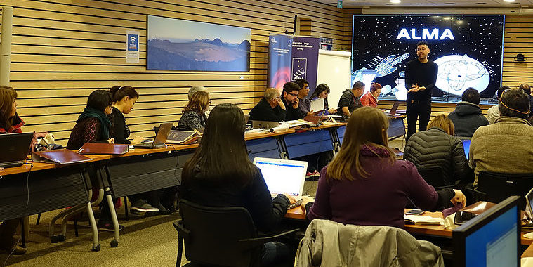 ALMA astronomer José Gallardo interacted with teachers in the GTTP workshop in Santiago.